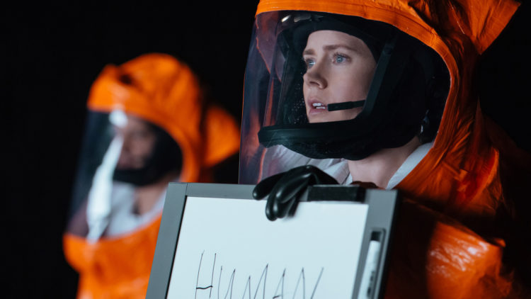 Louise (Amy Adams) forsøker å kommunisere i Arrival. (Foto: United International Pictures)