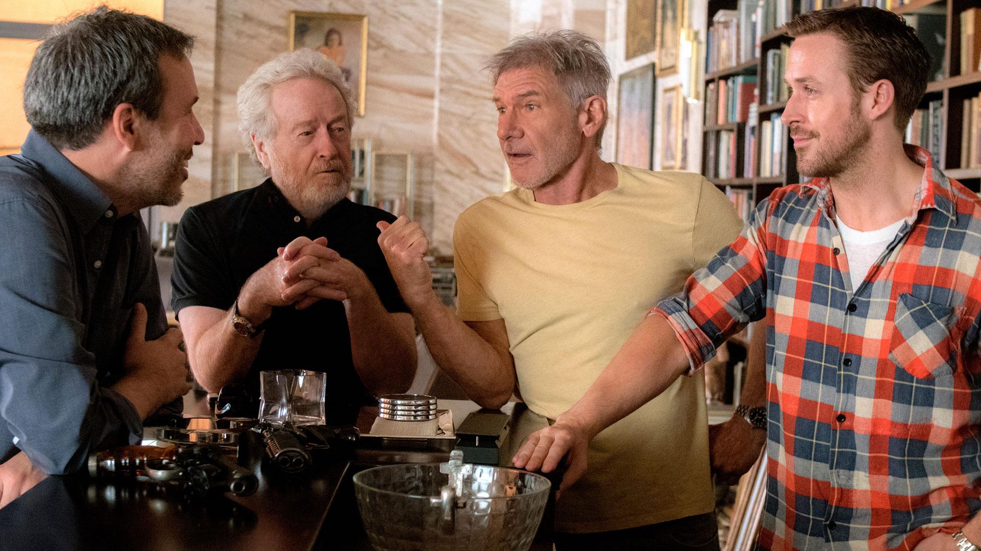 Filmskaper og skuespillere i hyggelig passiar i forbindelse med innspillingen av Blade Runner 2049. (Foto: United International Pictures)