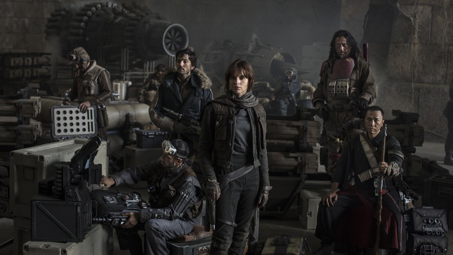 Skuespillerne Riz Ahmed, Diego Luna, Felicity Jones og Jiang Wen i Rogue One: A Star Wars Story (Foto: The Walt Disney Company Nordic, Lucasfilm Ltd.)