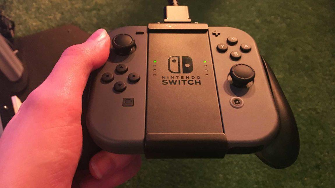 Joy-Con-kontrollerne er komfortable å bruke når de er festet til Joy-Con-Grip. Ja, Nintendo er glad i de fancy navnene sine... (Foto: NRK P3).