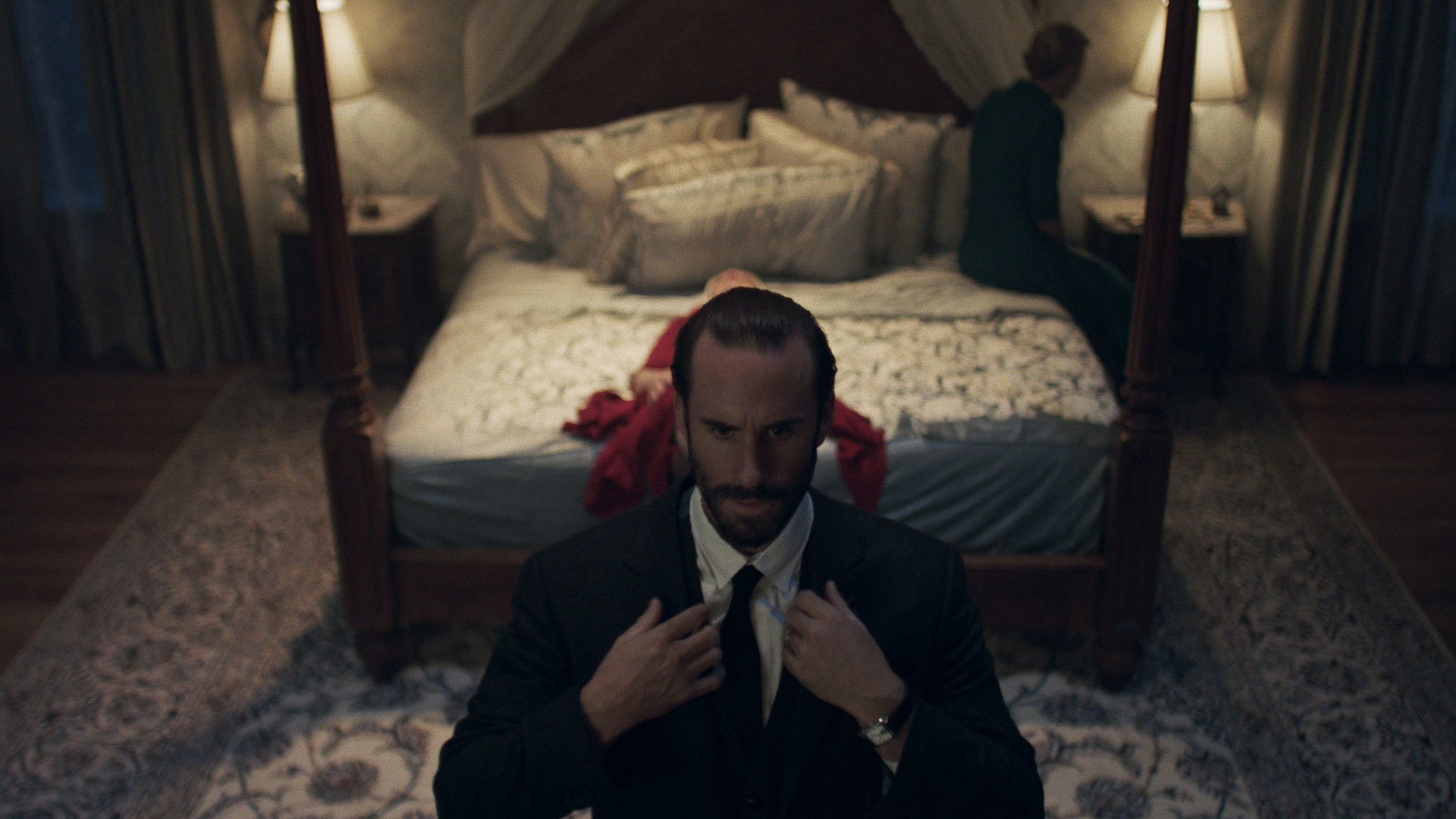 Kommandør Fred Waterford (Joseph Fiennes) er en enigmatisk skikkelse. (Foto: Take Five/Hulu)