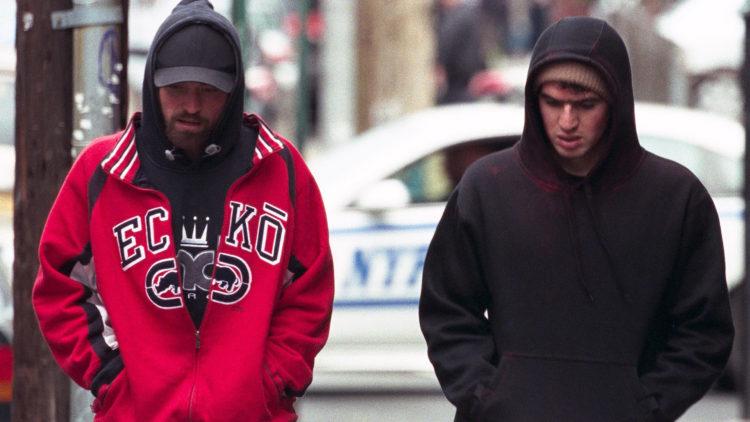 """Connie (Robert Pattinson) og broren Nick (co-regissør Ben Safdie) gjennomfører et bankran i """"Good Time"""". (Foto: Elara Pictures)"""