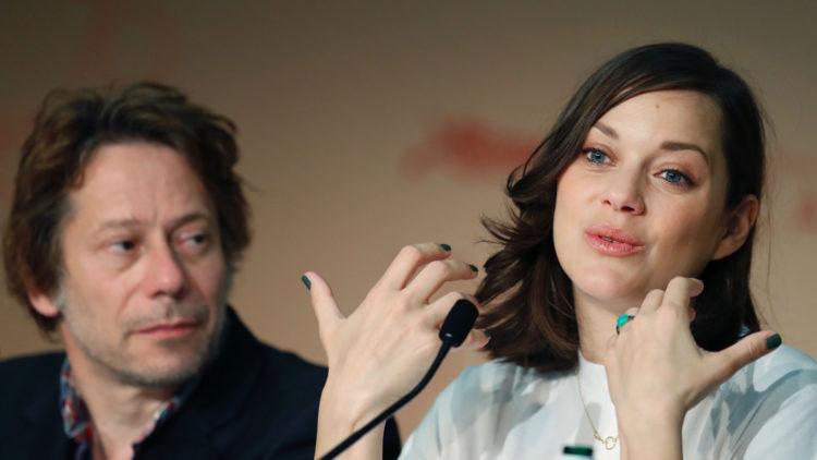 """Marion Cotillard satt sammen med medskuespiller Mathieu Amalric på pressekonferansen for filmen """"Ismael's Ghosts"""" i Cannes. (Foto: AFP PHOTO / Laurent EMMANUEL)"""