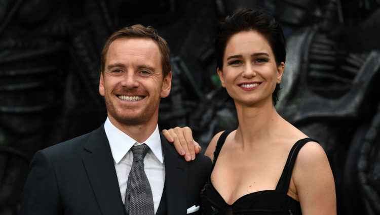 "Michael Fassbender og Katherine Waterston ankommer verdenspremieren på ""Alien: Covenant"" i London. (AFP PHOTO / Justin TALLIS)"