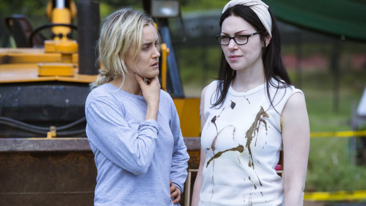 Piper Chapman (Taylor Schilling) er rotert bort fra hovedperson og inn i rekkene som en del av et kruttsterkt rollegalleri. Her sammen med Alex Vause (Laura Prepon).  (Foto: Netflix)