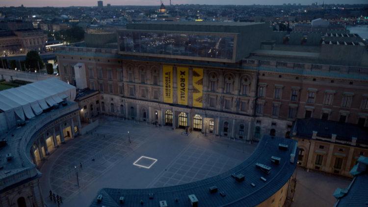 """Her er den firkantede ruta som skal innby mennesker til å resonnere over sitt eget ansvar som medmennesker i """"The Square"""". (Foto: Arthaus)"""