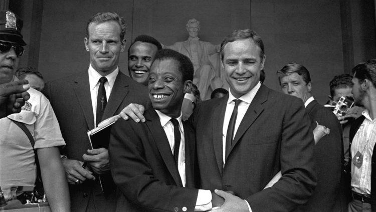 Charlton Heston, Harry Belafonte, James Baldwin og Marlon Brando på Lincoln Memorial under en protestmarsj i Washington, 28. august 1963. (Foto: AP)