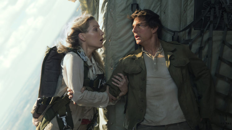 "Nick (Tom Cruise) og Jenny (Annabelle Wallis) blir satt i livsfarlige situasjoner i ""The Mummy"". (Foto: United International Pictures)"