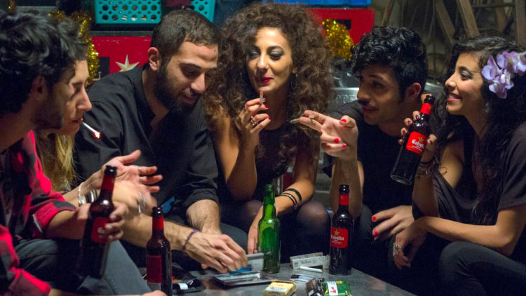 Leila (Mouna Hawa) er ikke fremmed for å ruse seg på fest. (Foto: Storytelling Media).