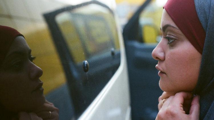 Troen er viktig for Noor (Shaden Kanboura) i In Between. (Foto: Storytelling Media).