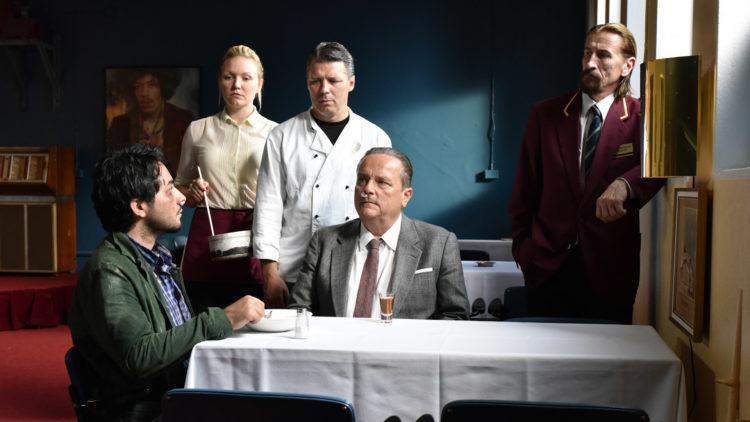 """Wickström (Sakari Kuosmanen) gir Khaled (Sherwan Haji) en jobb i restauranten """"Den gylne halvliter"""" i """"Den andre siden av håpet"""". (Foto: Arthaus)"""