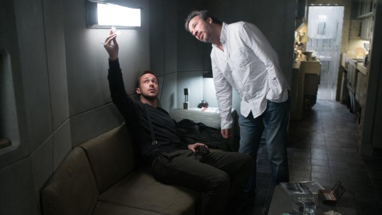 """Skuespiller Ryan Gosling og regissør Denis Villeneuve på filmsettet under innspillingen av """"Blade Runner 2049"""". (Foto: United International Pictures)"""