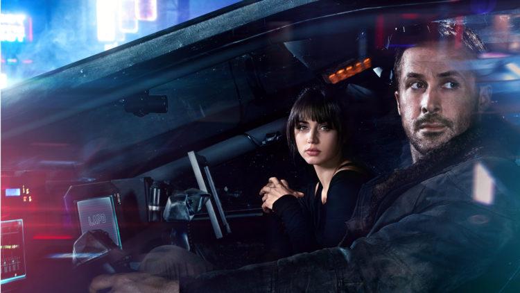 """Officer K (Ryan Gosling) tar med seg Joi (Ana De Armas) på en luftig kjøretur i """"Blade Runner 2049"""". (Foto: United International Pictures)"""