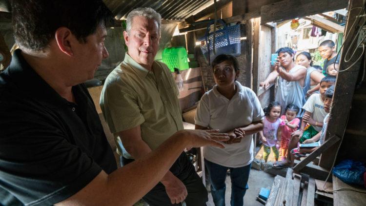 Al Gore reiser til flere steder som har vært rammet av naturkatastrofer for å snakke med dem som bor der, og filme for både dokumentaren sin  og foredraget sitt.(Foto: United International Pictures)