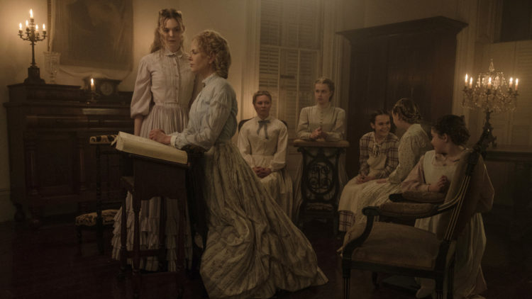 "Elle Fanning, Nicole Kidman, Kirsten Dunst, Angourie Rice, Oona Laurence, Emma Howard og Addison Riecke i ""The Beguiled"". (Foto: United International Pictures)"