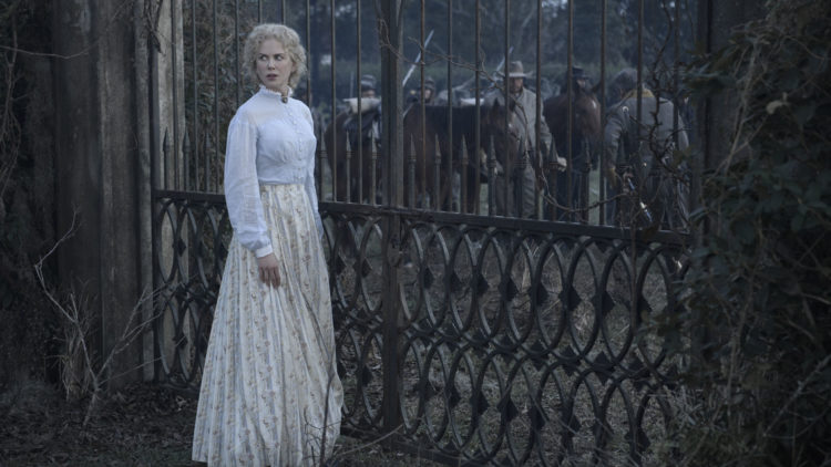 "Miss Martha (Nicole Kidman) ved porten til skolen hun er bestyrer for i ""The Beguiled"". (Foto: United International Pictures)"