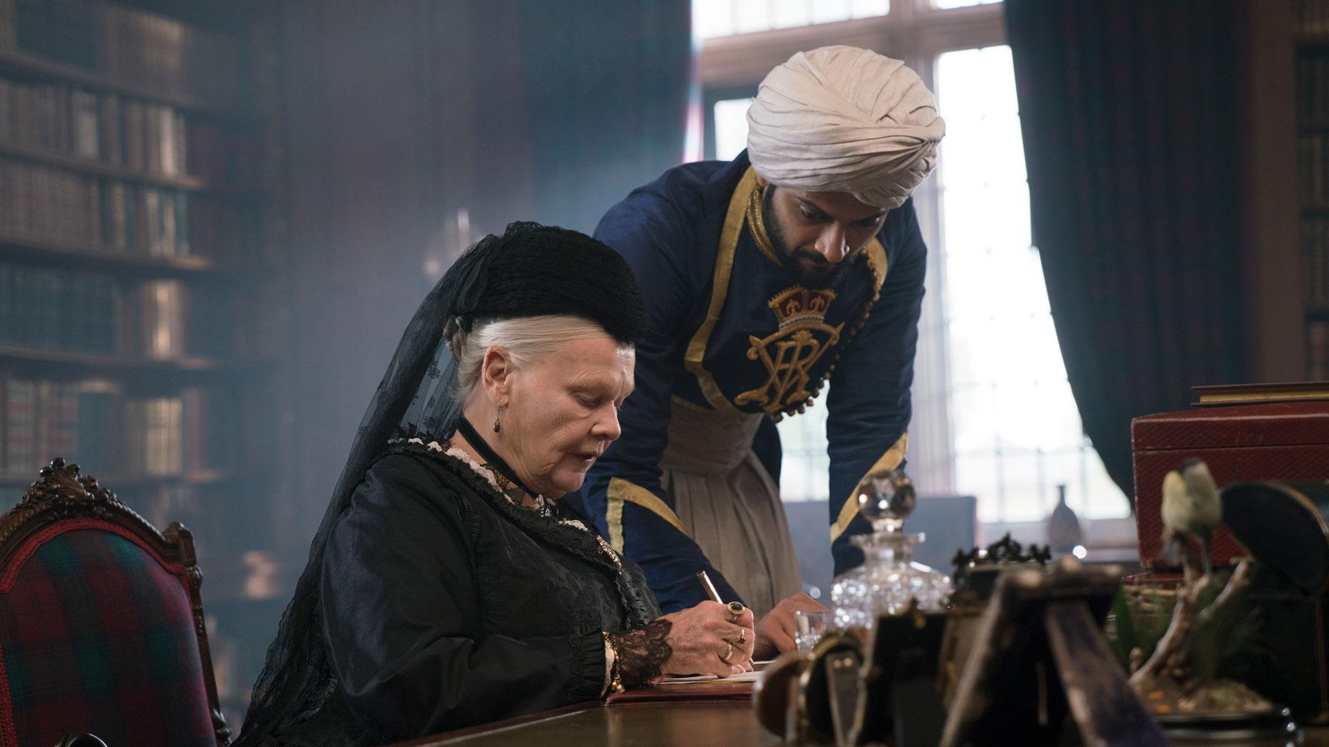 """Abdul får etter hvert tittelen """"Munshi"""", som betyr læremester på urdu.  (Foto: United International Pictures)"""