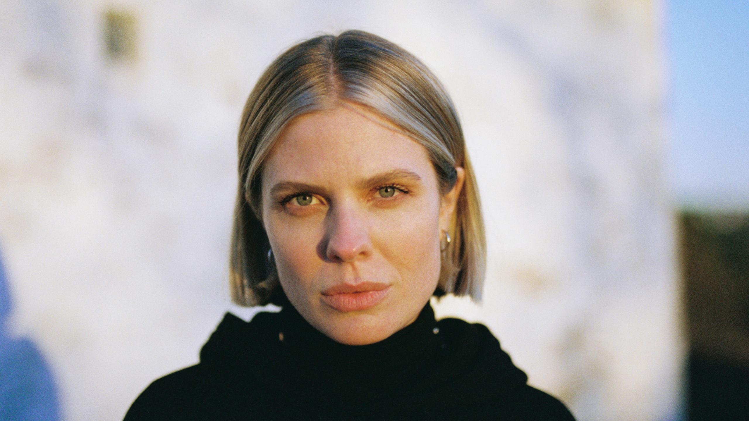 Nærbilete av vokalist Helene Svaland Johansen, som ser i kamera