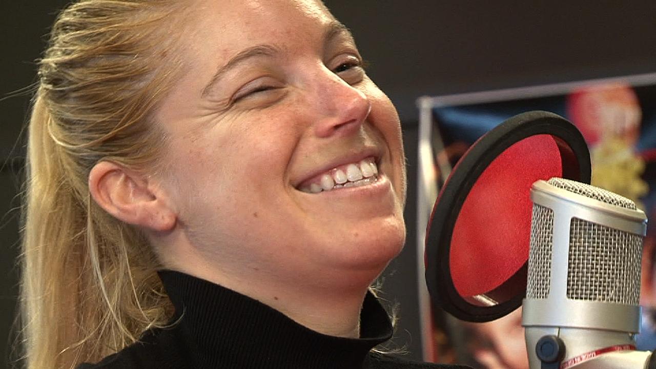 Hollie Stevens på besøk i Banden. (Foto: NRK)