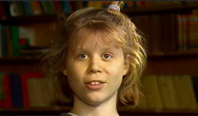 Anne (14) snakker om kyssing i tv-programmet Midt i Smørøyet (Foto: Skjermdump)