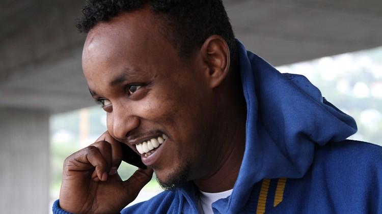 Jamal fra U-landslaget snakker i telefonen. Foto: Sigrid Velle Dypbukt