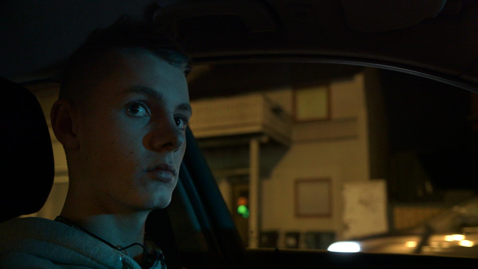 Theo Aasland Valen (18) droppa ut av skulen til fordel for ein jobb med gjennomsnittleg løn på 29 kroner timen (FOTO: Ekkofilm).