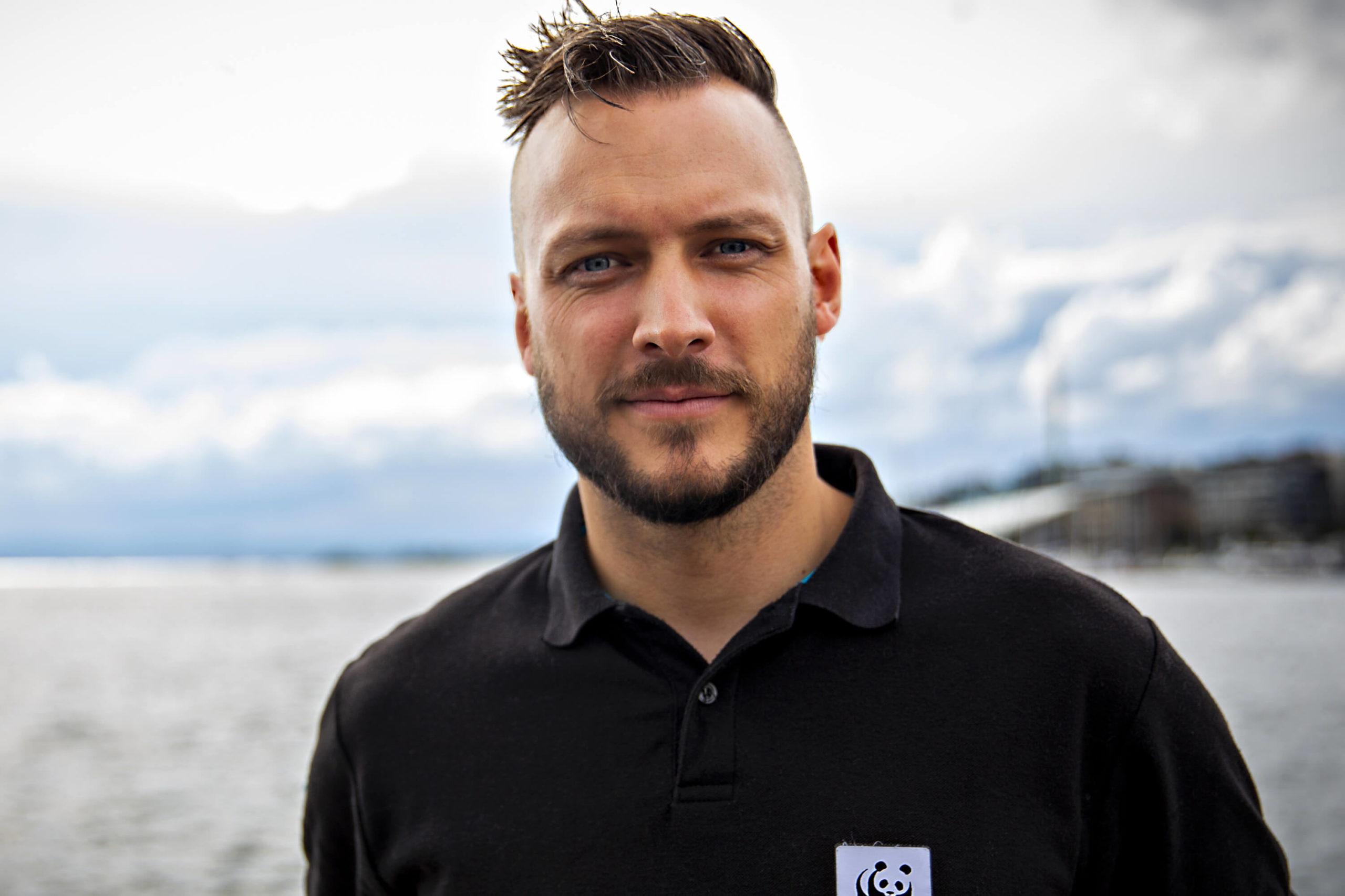 Bildet viser Fredrik Myhre som smiler til kamera
