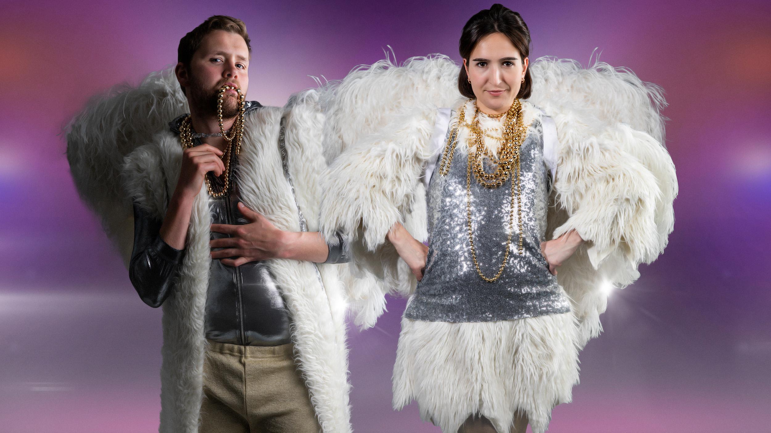 Et bilde av Martin og Adelina med englevinger og Eurovision-outfits