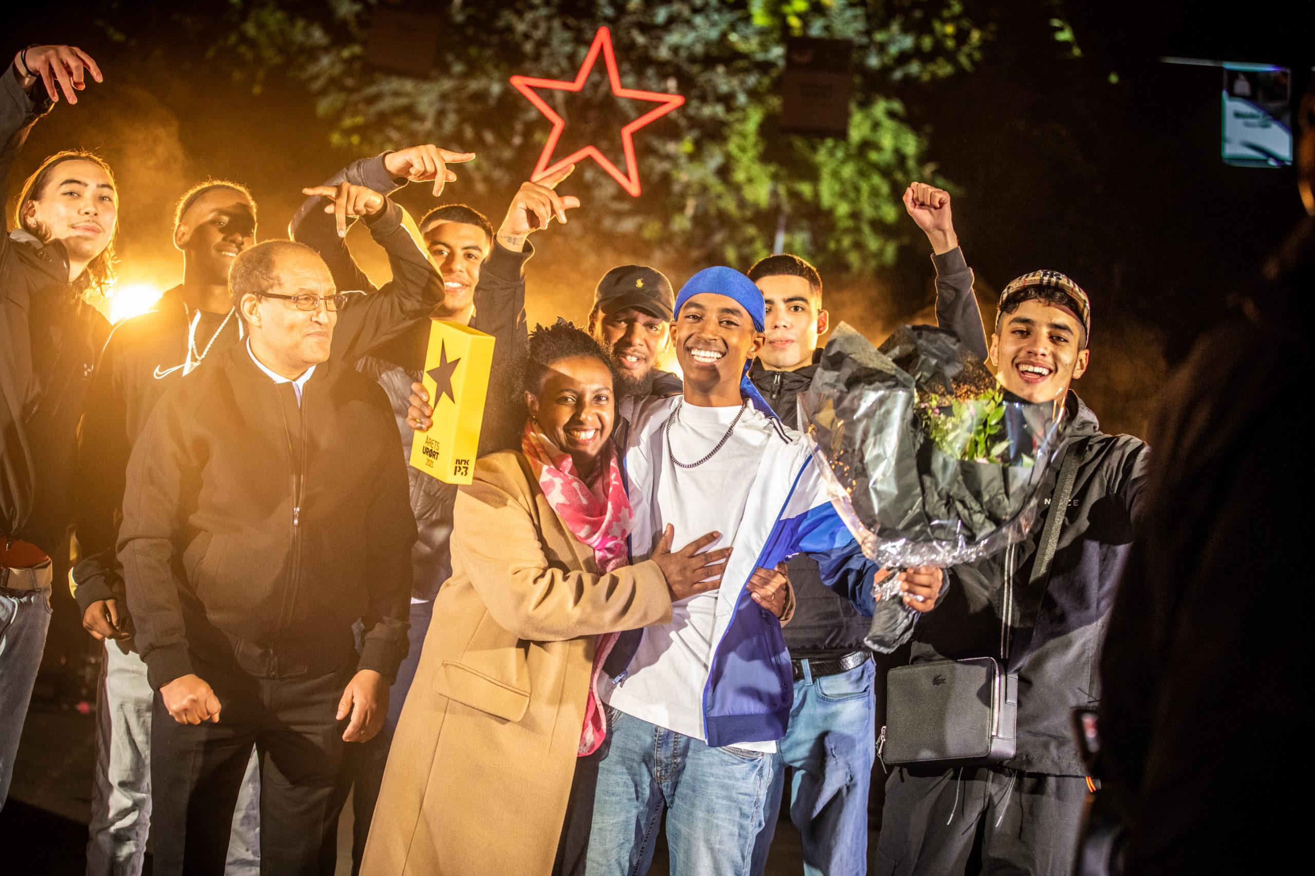 Et bilde av Rambow omgitt av både familie og venner fra Furuset, mens han stolt holder opp vinnertroféet