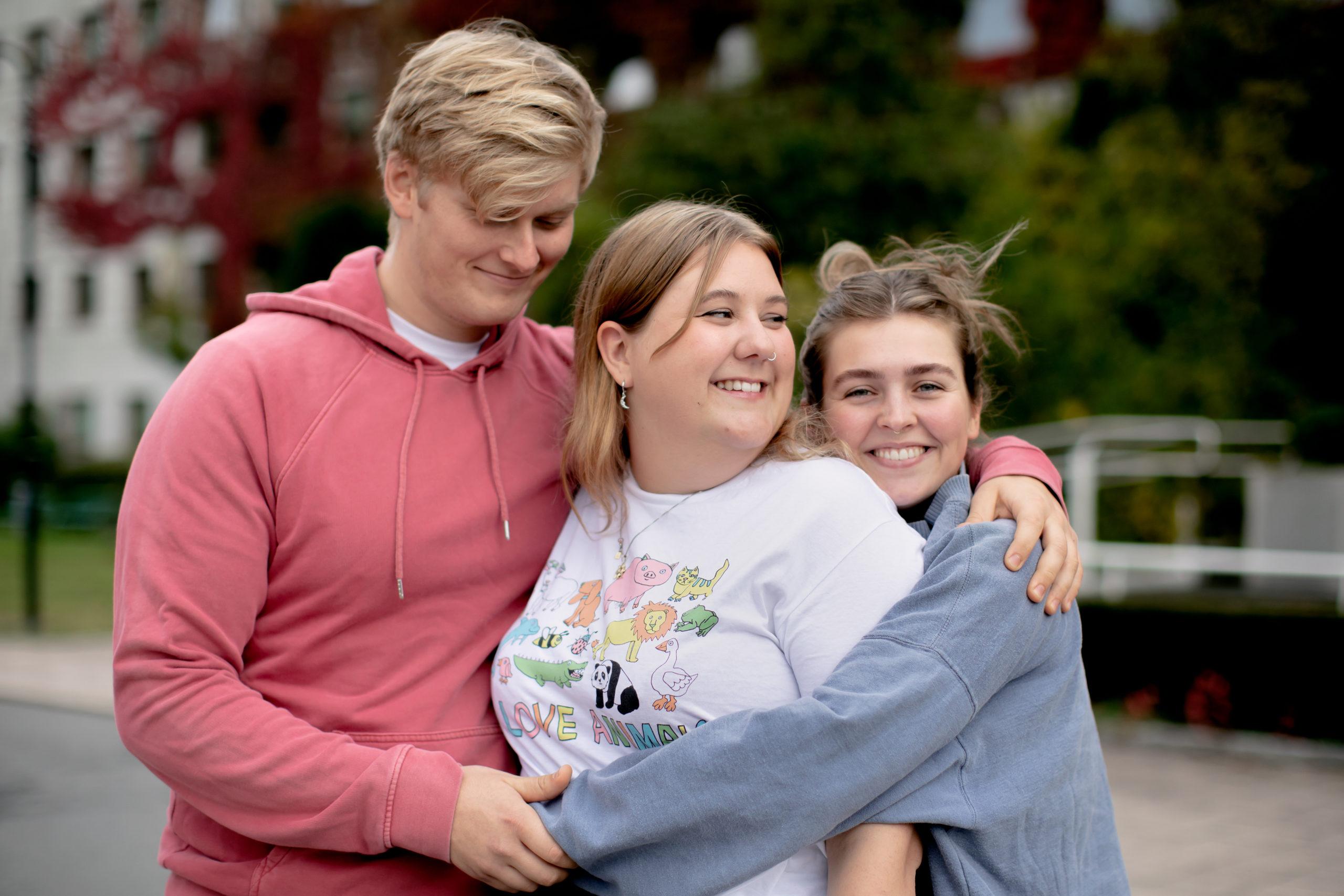 Karsten, Martha og Annika klemmer hverandre. De smiler.